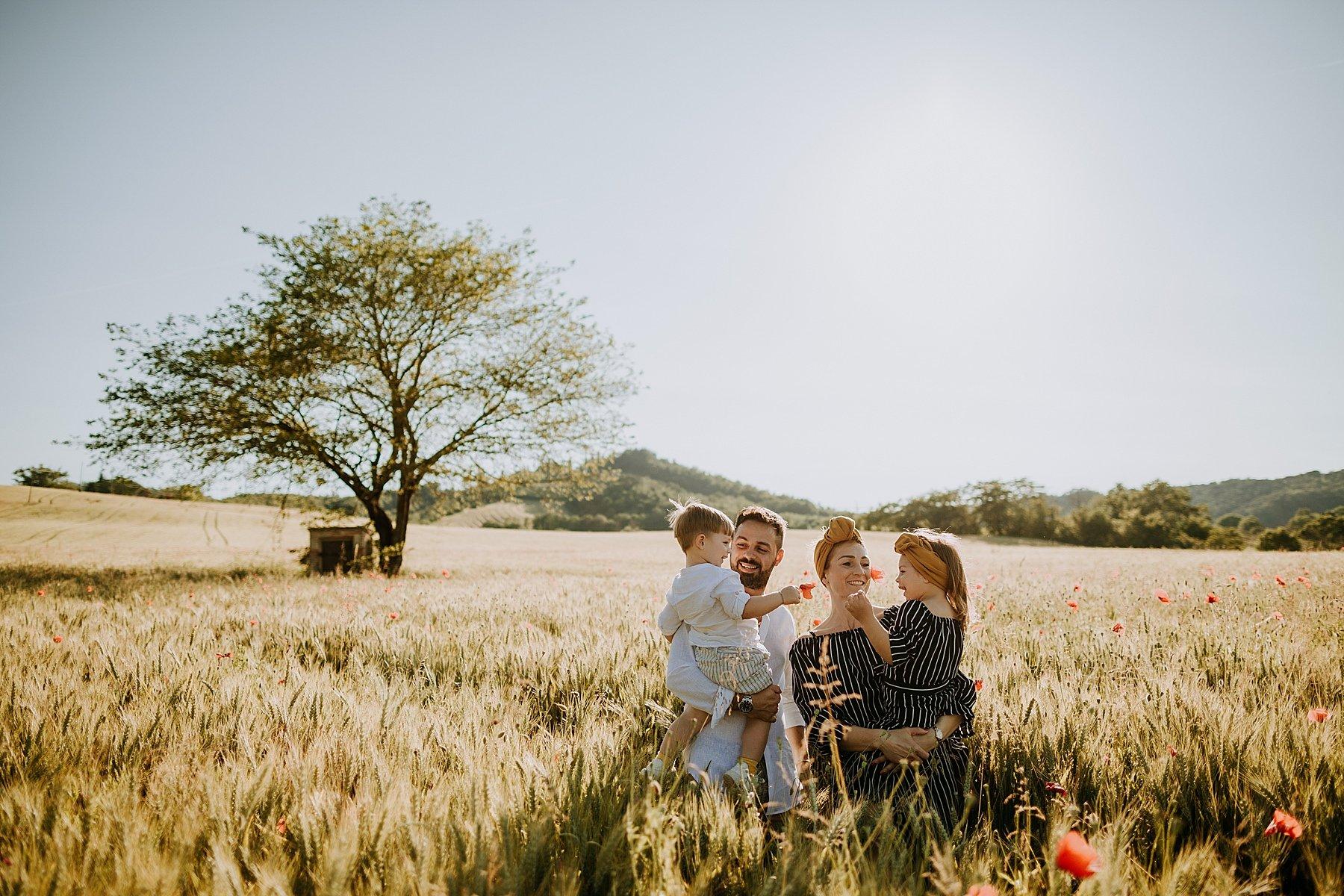 famiglia nel Mugello in un campo di grano