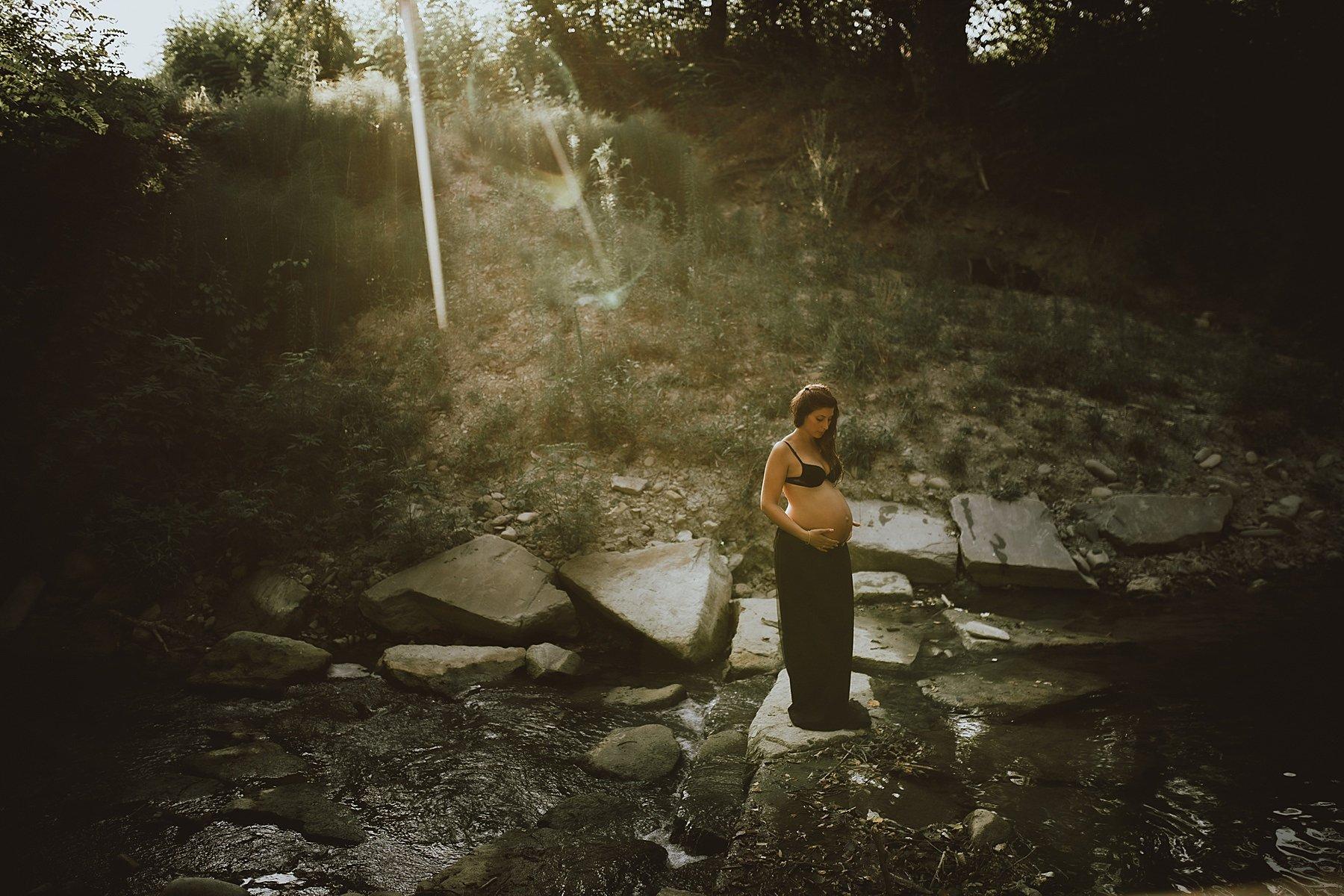 servizio fotografico mternità nel fiume