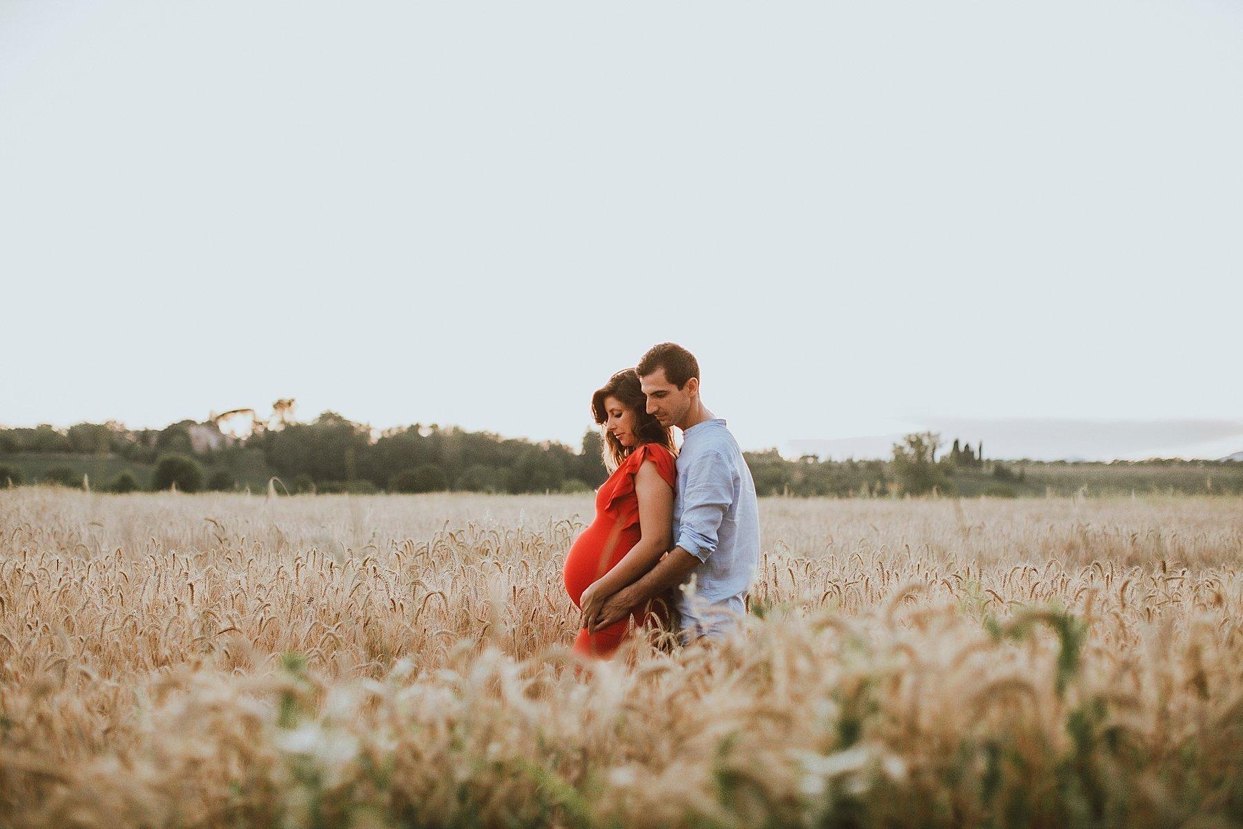servizio fotografico per maternità nel campo di grano