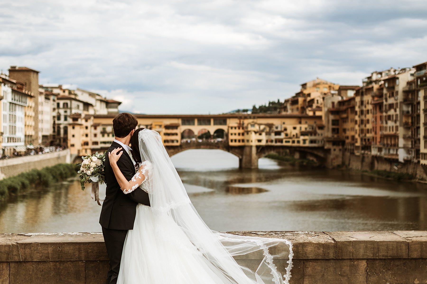 coppia di sposi fotografata in centro a Firenze