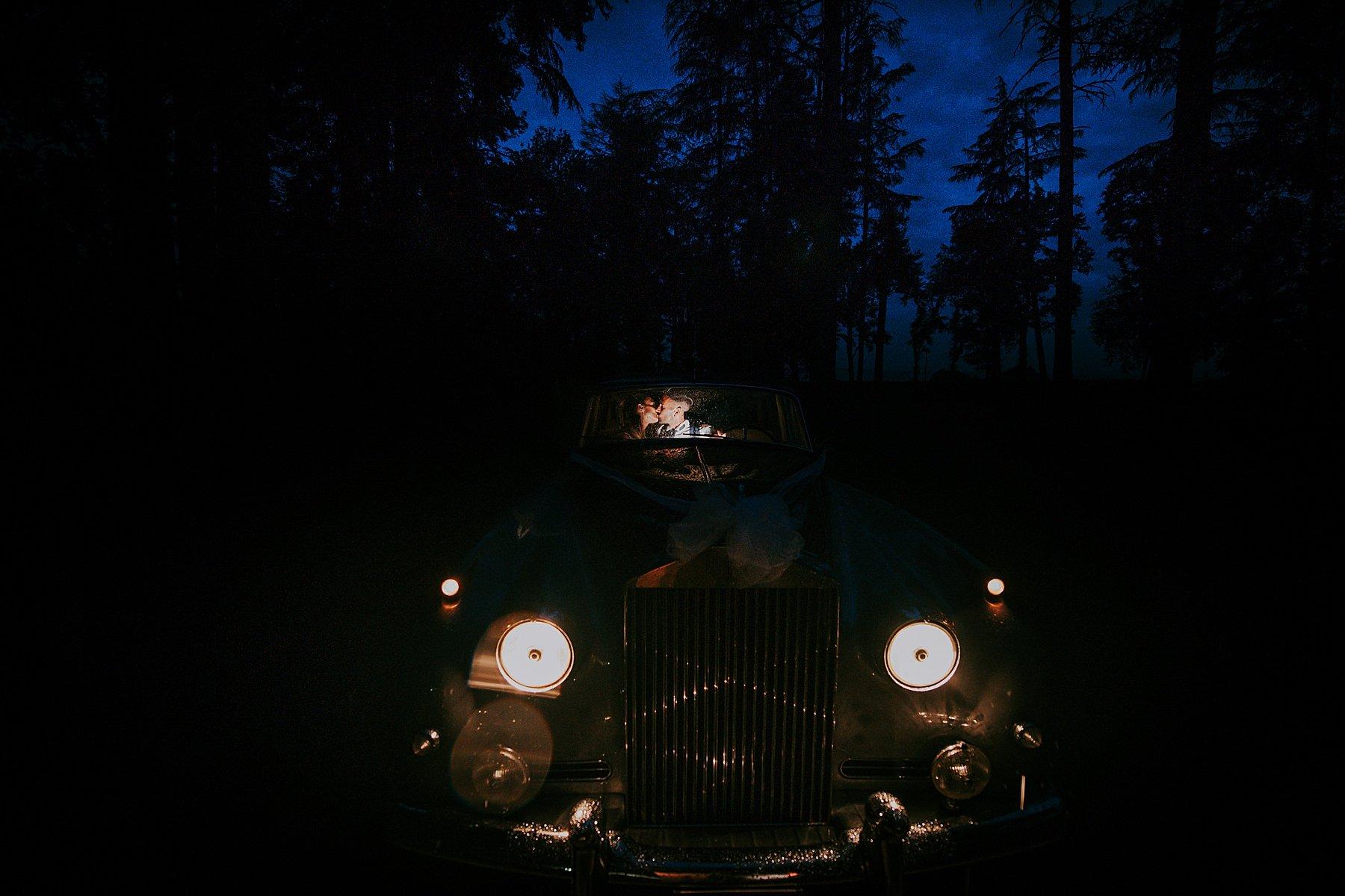 villa di corte spettacolare fotografia sposi in auto epoca di notte
