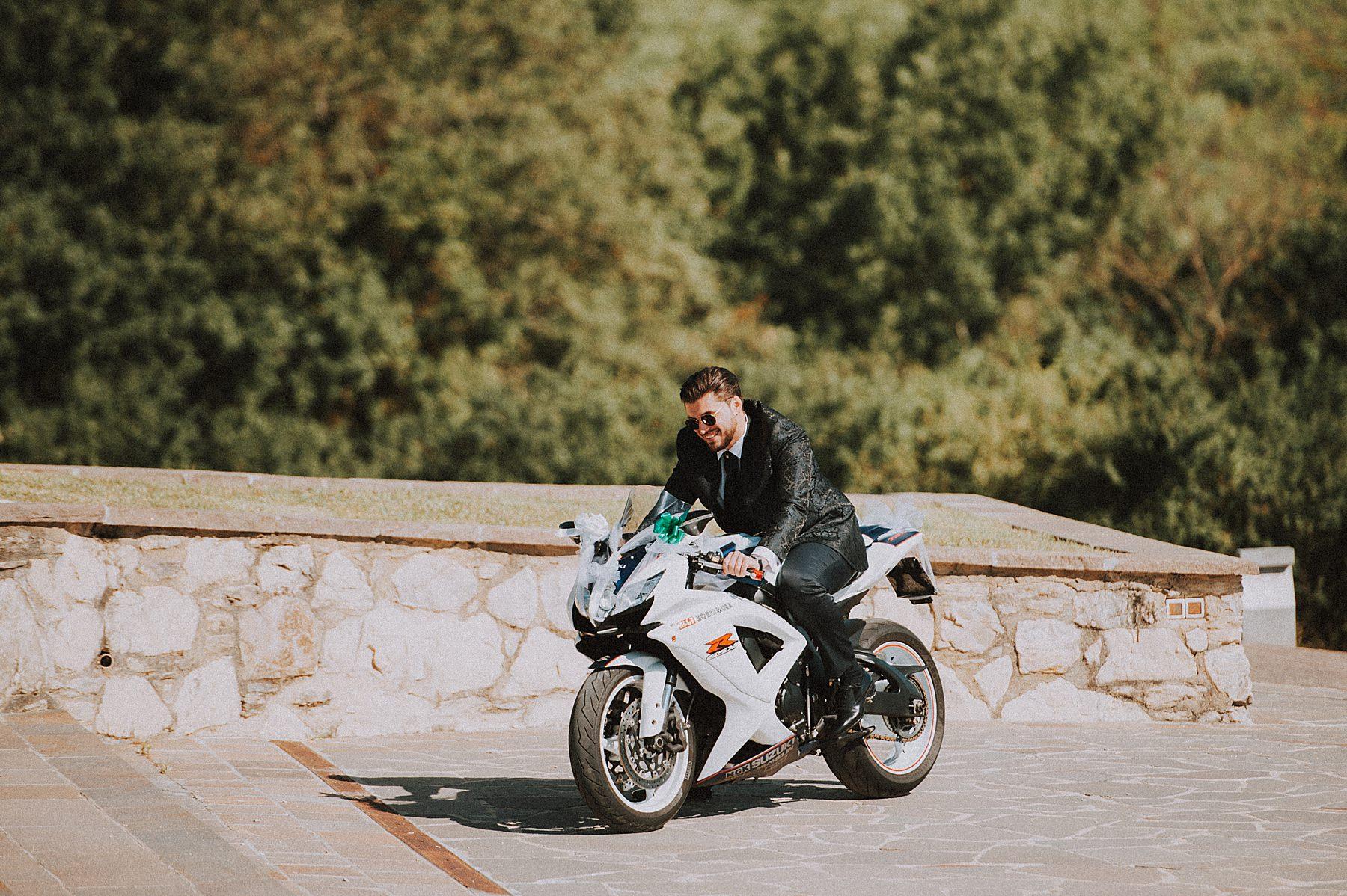 b arrivo sposo in moto
