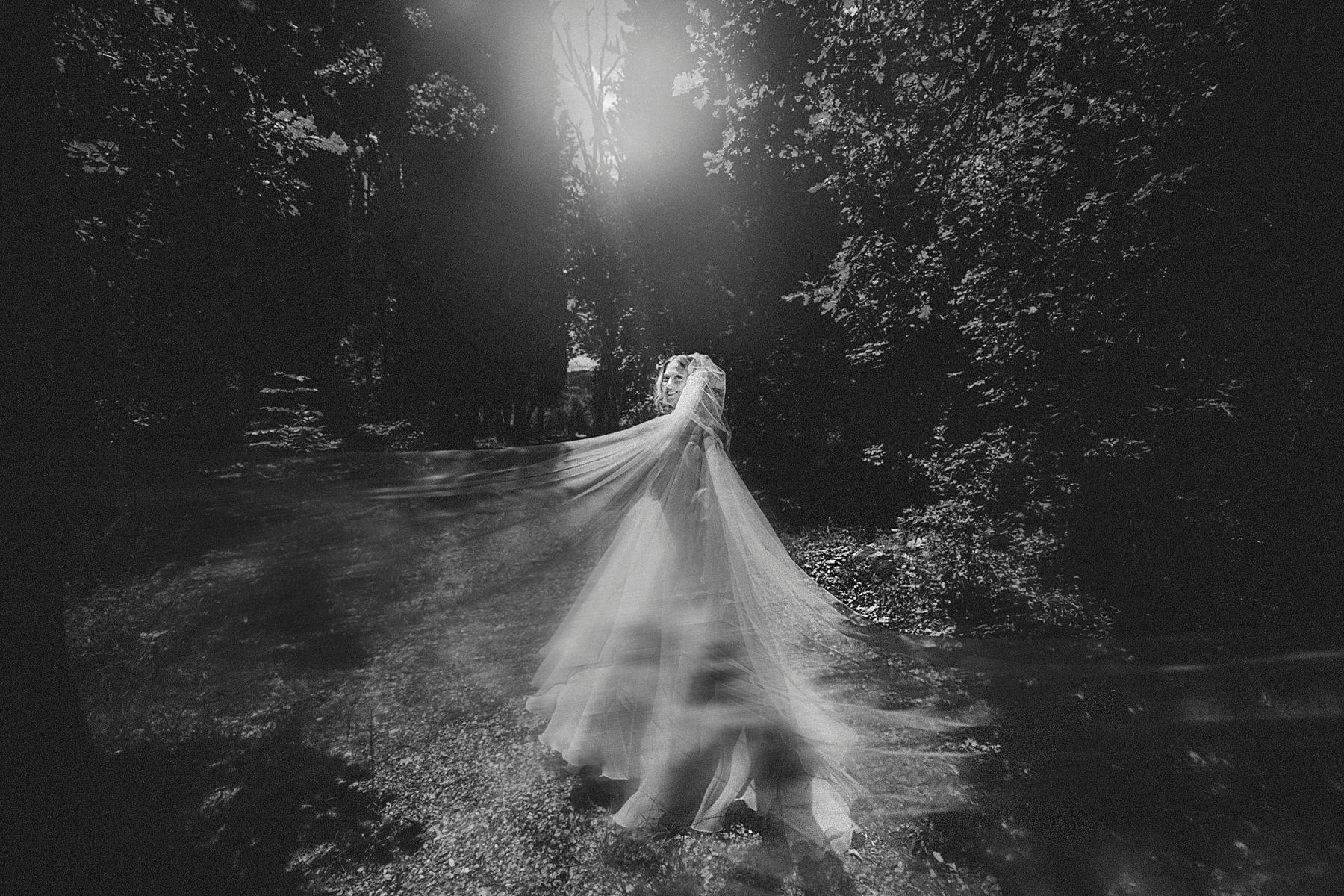 foto sposa nel bosco toscana