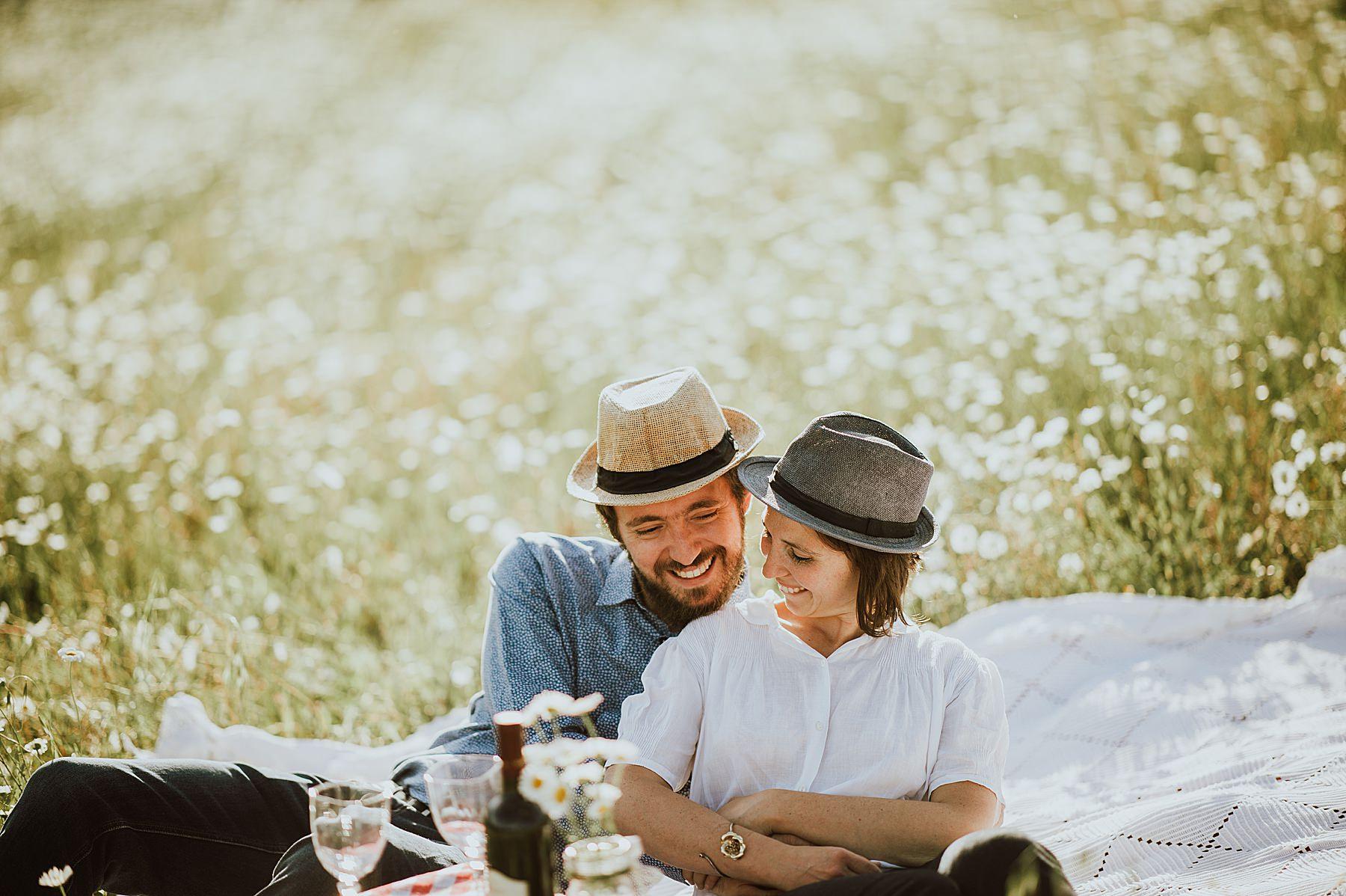 servizio fotografico di coppia romantico con picnic