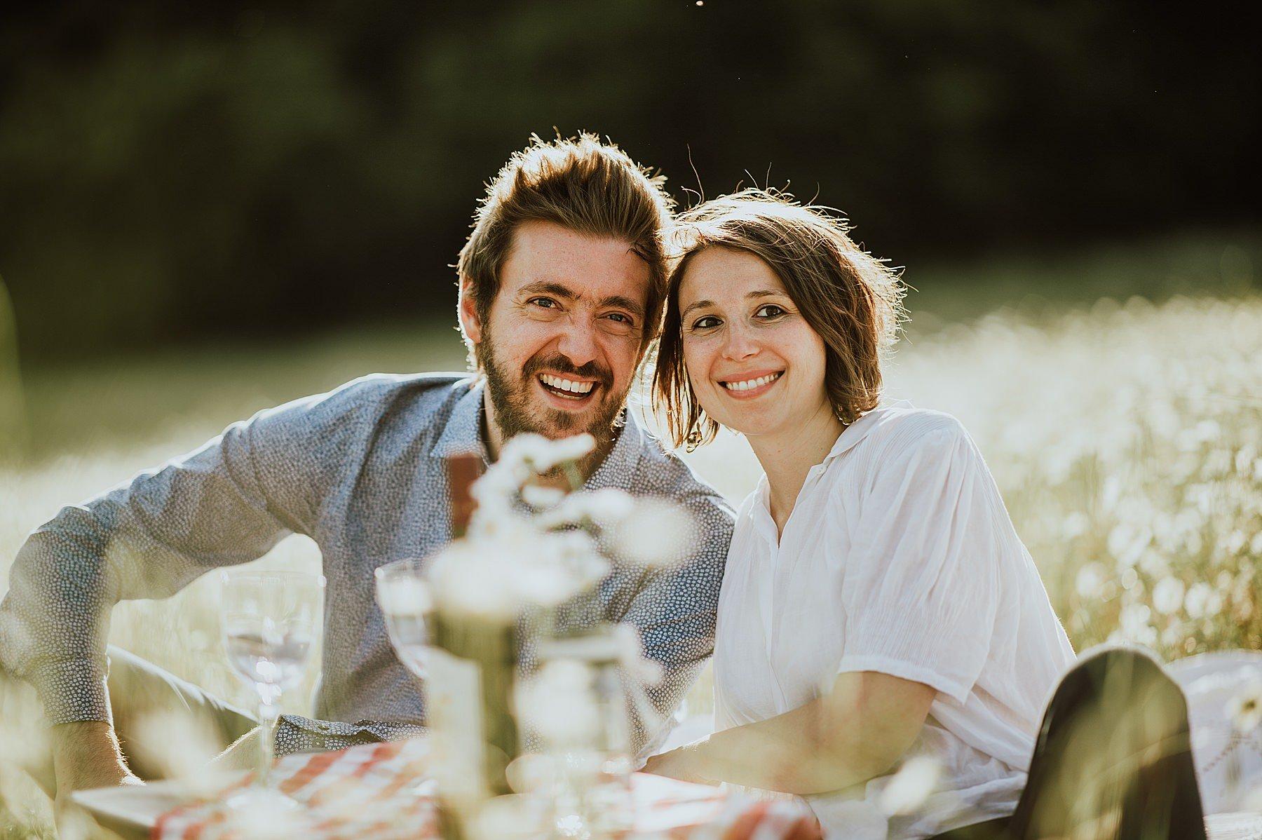 servizio fotografico di coppia romantico con picnic in toscana
