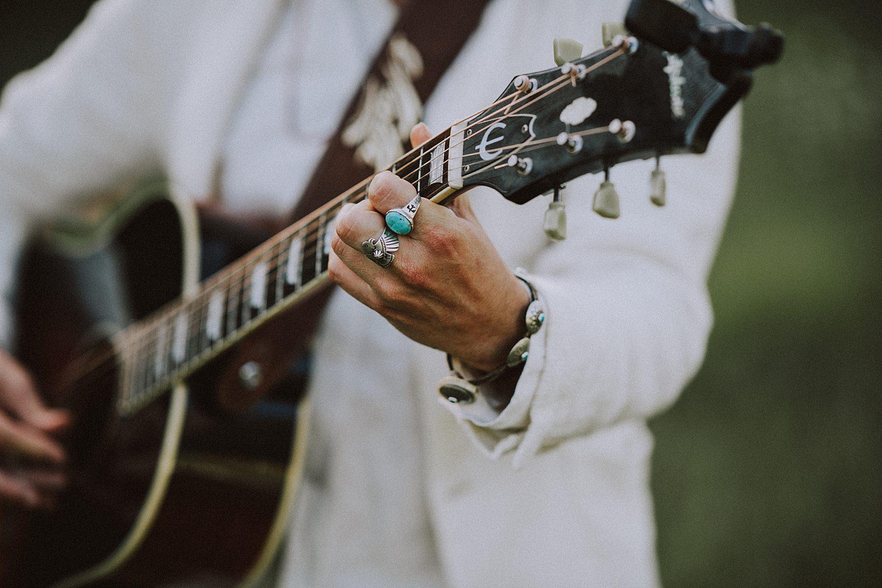 servizio fotografico di coppia cappello e chitarra