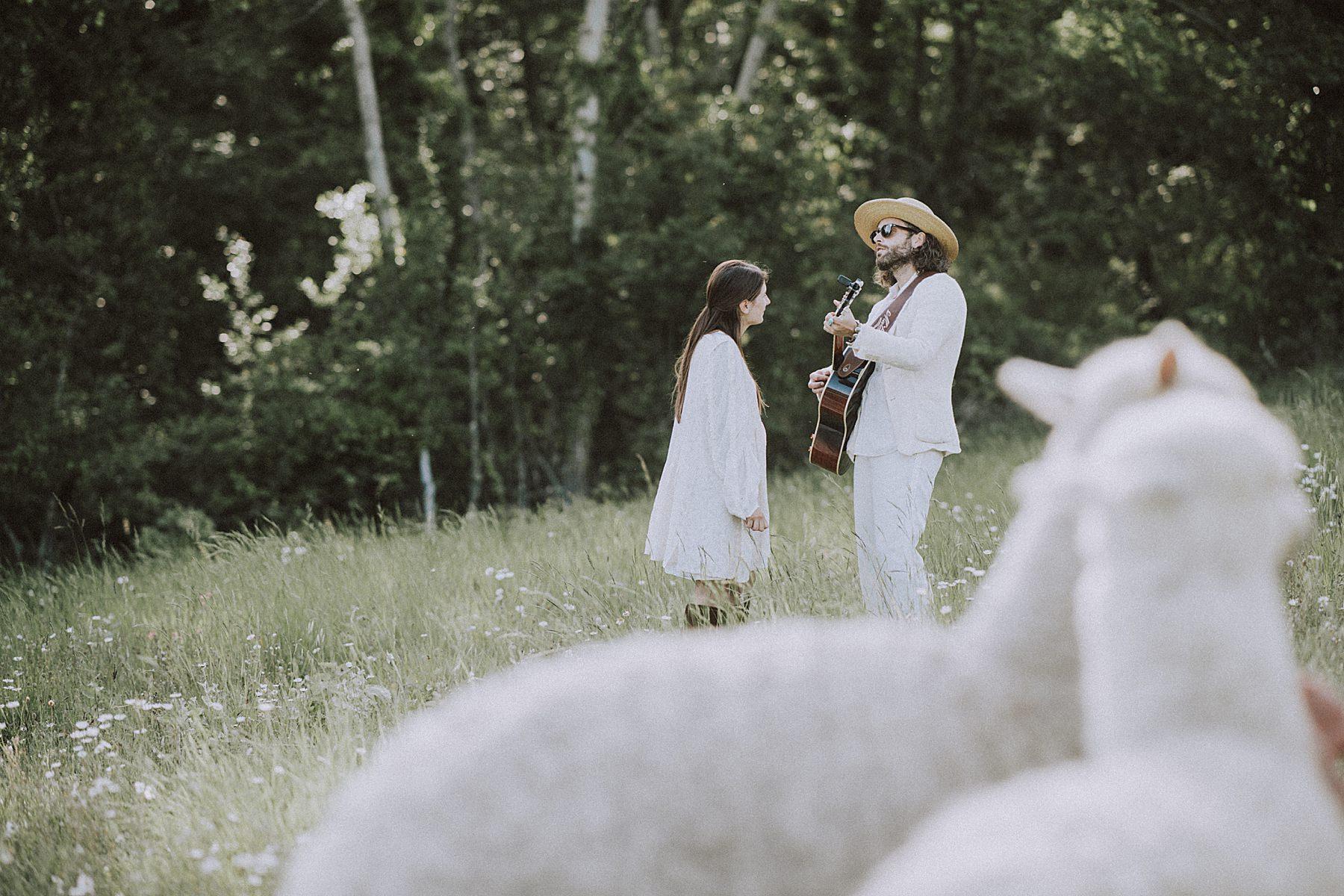 servizio fotografico tra fidanzati con alpaca mugello