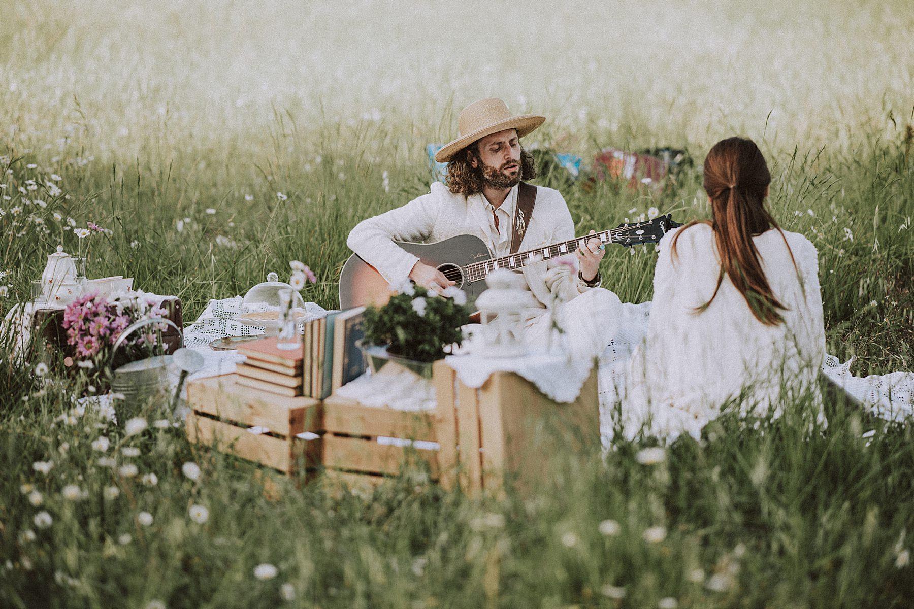 shooting fotografico per fidanzati con picnic chitarra