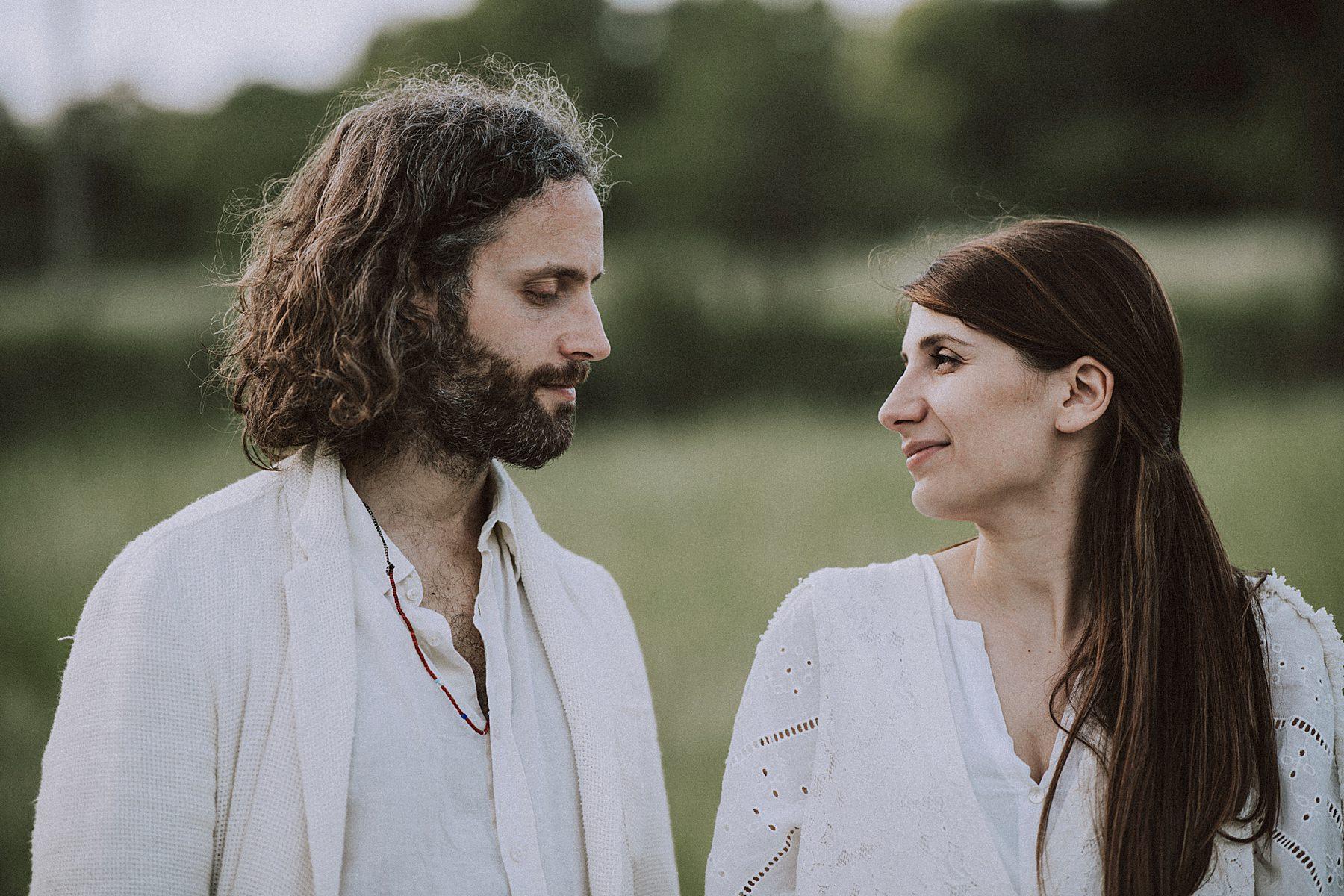 servizio fotografico per fidanzati con picnic chitarra
