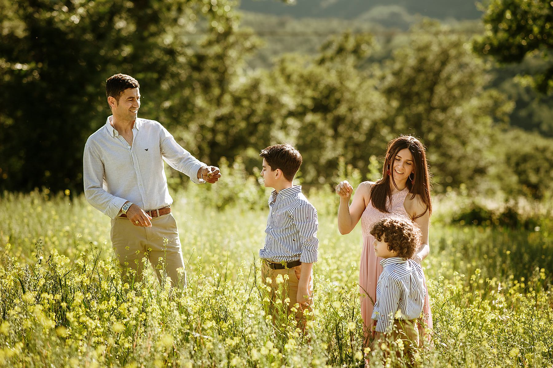 servizio fotografico di famiglia in un campo