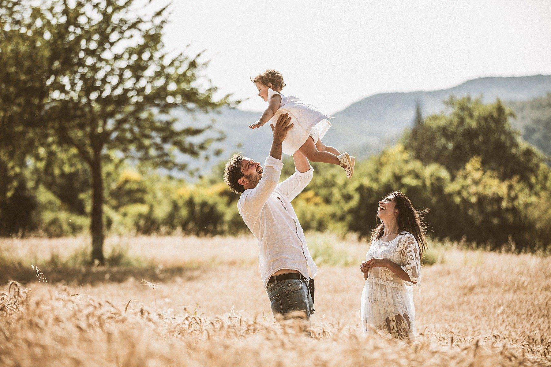 servizio fotografico di famiglia nel grano